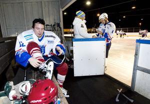 Mathias Persson knyter skridskorna.