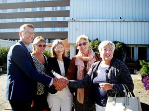 Erik Lövgren (S), Ninni Smedberg (MP), Eva Andersson (MP), Ewa Back (S) och Vårdförbundets ordförande Maria Bäckman med handslaget som utlovar AST-tjänster till sjuksköterskor i Landstinget Västernorrland.
