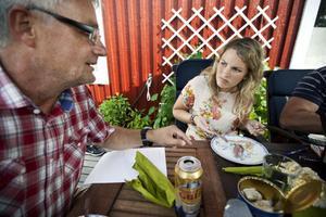 Tidningen Ångermanlands skånska sommarvikarie, Kristin Westersson, blev positivt överraskad över surströmming. Smakar mycket bättre än den luktar tycker hon och med lite tips om hur den bäst slinker ner blev det flera strömmingar i premiären.
