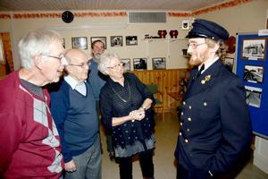 Karl-Olof Karlsson, Sven Söderström, Sten Norell och Kerstin Pettersson beundrar Rasmus Axelssons banvaktsuniform när han berättar om Svartåbanan.