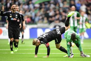 Michael Almebäck och Pa Dibba i duell. Dibba gjorde både 2–0 och 3–0 för Hammarby.
