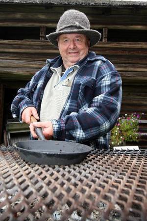 Tomt i pannan. All smet gick åt när John Erik Eriksson stekte kolbullar i Älvros  i lördags.Foto: Håkan Degselius