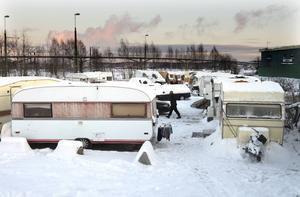I Sundsvall bor de flesta som är här och tigger i ett husvagnsläger på en plats som kommunen anvisat.