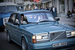 Här är den Volvo 264 som tidningen skrev om i lördagstidningen. Pär Johansson och Elin Olsson hann få klar bilen i tid och kunde delta i cruisingen.