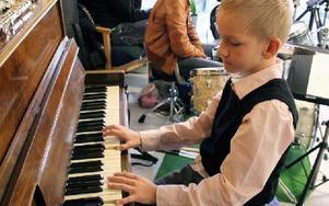 Ville Pitkälä från musikskolan var en del av underhållningen. Foto: Eva Högkvist