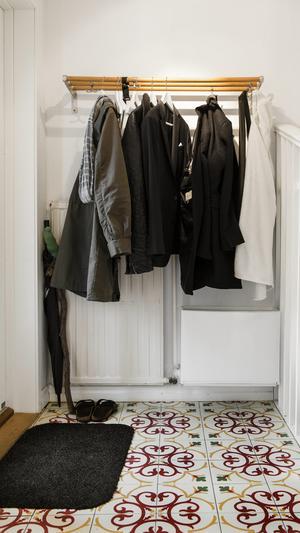 Rensa regelbundet i garderoben och häng undan kläder säsongsvis. Du får en mindre stökig garderob och bättre överblick. En regelbunden storstädning i köket är också bra för att skapa plats.