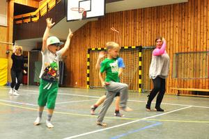 Wiggo Ahlstedt Andersson, Oskar Svärd och Ludvig Borg lär sig showdans under ledning av Ann Backéus som höll kurs inom ramen för kulturskolan i höstas i Funäsdalen och Hede.