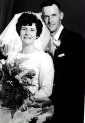Britt, född Holmberg, och Hilding Åström, Timrå, gifte sig i Timrå prästgård den 19 juni 1965. Vigseln förrättades av kyrkoherde Rolf Thryssén.Foto: Ge-Hå Foto, Timrå