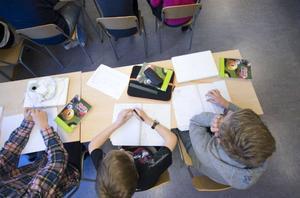 Socialdemokratern visar på andra vägar för att svenska skolbarn ska lära sig mer i skolan, skriver dagens debattörer.