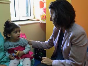 Masa som blev räddad av Doaa Al Zamal ochUNHCR:s kommunikationschef Melissa Fleming träffades på Kreta.