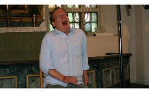 Som ett plågat djur, eller en gisten dörr. Phil Mintons röstkonst fascinerar, och han fick stående ovationer efter sitt framträdande.