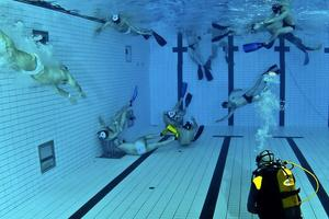Såhär ser det ut när undervattensrugby spelas.