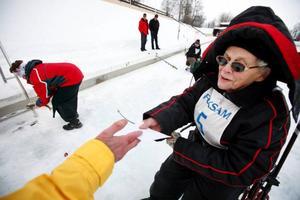 Rut Nordqvist, 93 år, drog upp en fisk och fick som alla ett pris.
