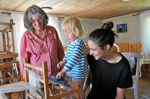 lovande framtid. Edgar Ohlin, 2,5 år, har en speciell men effektiv vävstil. Här med mamma Lone (t h) och Anita Karlsson.