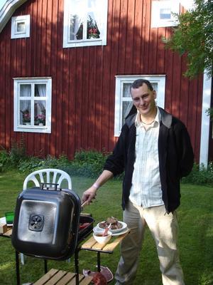 Andreas Strömberg grillar vid den hyrda stugan utanför Långasjö i södra Småland.