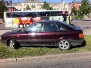 Bussresenärerna kastade förvånade blickar mot den dumpade Audin i morse. Bilen har nu blivit stående till allmän beskådan, inför gångtrafikanter, bilister buss- och tågresenärer, i två veckor.