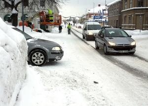 Svårt med sikten när snön tornar upp sig i korsningar och utfarter.