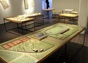 Konsthallen är fylld av modeller riktade mot norr, närmast Jernvallen från 1940-talet