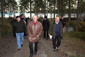 Göran Edlund, permanentboende i Olerstäkten, tar täten västerut från Strandvägen och in i ett sommarstugeområde från 1930 -talet och framåt.
