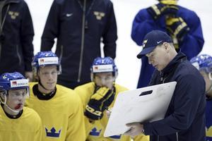 Rikard Grönborg instruerar JVM-laget under en träning.