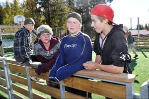 Det är bara Järpen som gäller för de här killarna: från höger Rasmus Olsson, Undersåker, Victor Johansson, Järpen, och Niklas Prestberg, Järpen, längst till vänster. Tvåan från vänster, Alex Axelsson är dock från Mörsil.