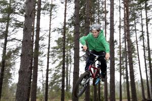 Felix Folkesson flyger genom Västra skogen på sin cykel.