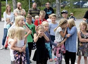 Förväntansfulla elever på skolgården under första skoldagen efter sommarlovet.