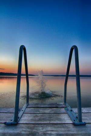 Kvällsdopp vid Prästuddens båtbrygga på Vätö.