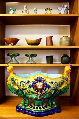 Jardinjär med okänd härkomst. Bakom syns en mix av svensk keramik, glas och metall.