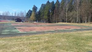 Det svenska klimatet hade gjort asfaltsplanen väldigt ojämn vilket gjode den nästan omöjlig att spela på.