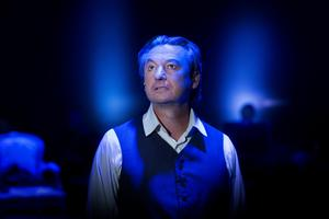 Anders Ekborg som baron Rutger Macklean, en komplex karaktär som rymmer både ljus och mörker.