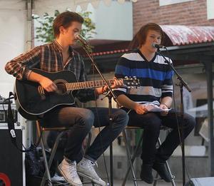 Premiär- uppträdande. Folkfesten Stora träffen blev premiärspelning för coverbandet Avenues, med Ricky Peters på gitarr och Jimmy Lindqvist på sång.