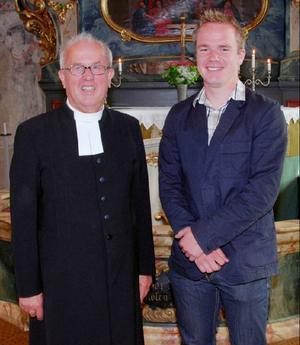 2000 års konfirmand i Ovikens kyrka den 11 juli 2010. Från vänster: Dan Eliasson konfirmationspräst och Jonas Byman, Oviken.