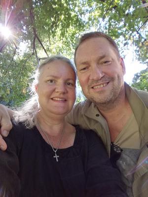 Mona och Bengt Nilsson i Bollnäs är huvudpersoner i en osannolik solskenshistoria med en förlovningsring och en norsk fjällvandrare i centrum.
