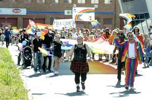 Sundsvall Pride prideparaden går från hamnen genom Stenstan Pridefestivalen
