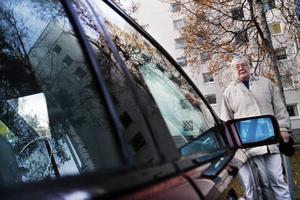 Lång väntan. 74-åriga Vaino Sahlin i Sandviken har väntat i ett halvår på att få besked om körkortstillstånd. Hon har tidigare haft körkort och bland  annat kört buss i Gävle, men missade att förnya sitt körkort när det gick ut och fick skicka in en ansökan om nytt körkortstillstånd. I väntan på det får maken Karl-Erik Sahlin skjutsa henne dit hon ska.