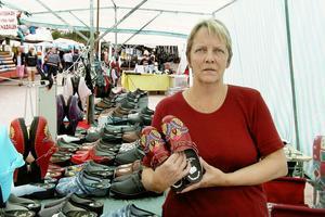 Eva-Stina Jonsson från Viksjöfors har varit runt och sålt Helsingeskon på flera marknader som i Färila och Ljusdal. Det har varit hektiskt i sommar, konstaterar hon.