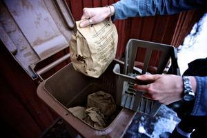 Invånarna i Falun gör av med 70 000 papperspåsar för komposterbart avfall i veckan. Falu kommun har nu bytt tillbaka till en nygammal leverantör.