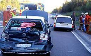Foto: ANDERAS BARDELL Seriekrock. Golfen fick ordentliga skador när den påkördes bakifrån. I bakgrunden den Volvo som tappade bakhjulet.