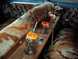 I baksätet har Kenneth monterat glasburkar med sugrör för förfriskningar till passagerarna.