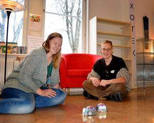 Jonna Steinrud och Adrian Rönnqvist testar de här små robotarna i det blivande Fixoteket.