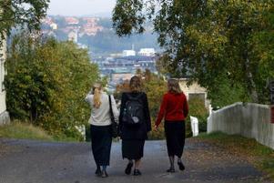 Det blir långa promenader varje dag för Rachel Turbow, Christina Smith och Anita Hofhansl. De besöker också äldre och arrangerar olika aktiviteter.