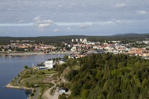 Utsikt över Hudiksvall från Värmevärdens skorsten i Djuped.