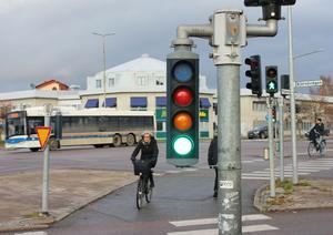 I dag måste cyklister och gående längs Pilgatan korsa sju körfält på Röda torget. Med cirkulationen blir det fem.