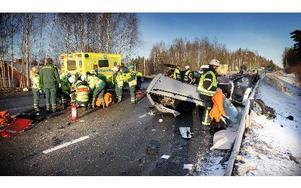 Tre bilar krockade på E6:an vid Hosjö vid tretiden igår. En person skadades svårt.     FOTO: STAFFAN BJÖRKLUND