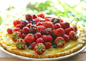 Fruktflarn med säsongens färska bär i hög ger den rätta sommarkänslan.