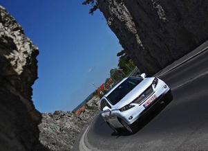 Nya generationen Lexus RX kommer till Sverige enbart som hybrid och heter då 450h. Massor av dyr teknik som höjer vikten och inte lika bränslesnål som tillverkaren låter ge sken av. Foto: Adam Szabo-Jilek