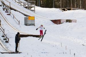 Joel Pineaha flög längst i tiometersbacken.