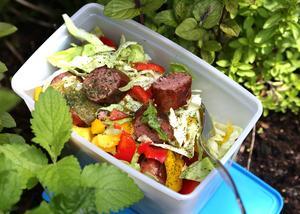 Korv- och vitkålssallad är en rustik salladsblandning som inte slokar i första taget.