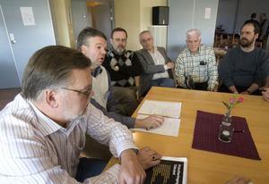 Viljan att tillsammans vinna valet är viktigare än personliga motsättningar tycker Håkan Rönström (M) Jonas Holm (M), Hudiksvall, Kent Sjöberg (KD) Norrbo, Gunnar Canslätt (KD) Hudiksvall, Göte Bohman (MP) Hög och Dietmar Gleich (FP) Hudiksvall.